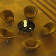 ロビーの椅子とテーブル2