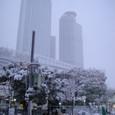 雪にかすむJRセントラルタワーズ
