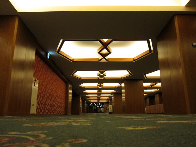 ホテルオークラ1階入り口へ通じる通路の天井j