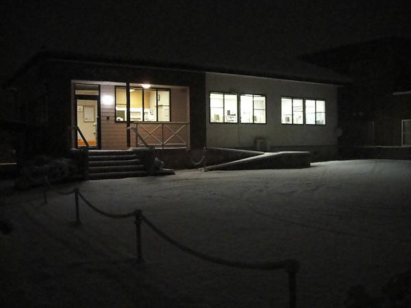 雪がしんしん降るさくら歯科